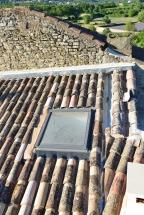 fenêtre de toit: toiture, rénovation de mas, terrassement, sous-oeuvre - Viguier maçonnerie à Apt, Bonnieux, Gargas, Gordes, Goult, Lacoste, Lourmarin, Maubec, Menerbes, Oppede, Roussillon, Rustrel, Saignon, St Saturnin, Villars en Luberon